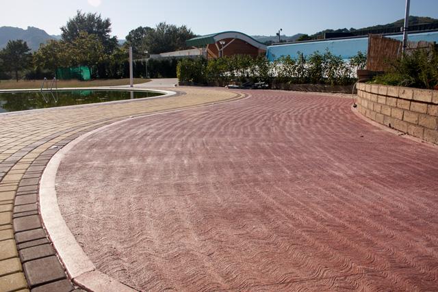 Pavimento pettinato la pavimentazione per esterno antiscivolo for Pavimento esterno antiscivolo